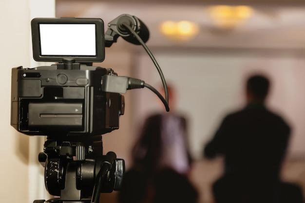 Kamera wideo w sali konferencyjnej biznesowej, nagrywanie uczestników i prelegentów