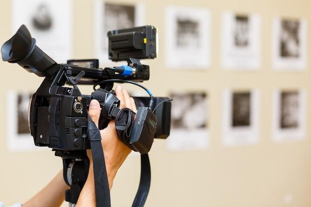 Kamera wideo z streszczenie niewyraźne tło, pomysł na profesjonalny biznes wideo.