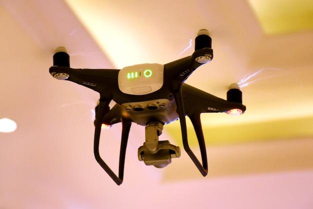 Kamera z drona latająca na weselu i przyjęciu