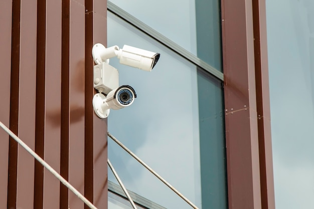 Kamery cctv na ścianie budynku