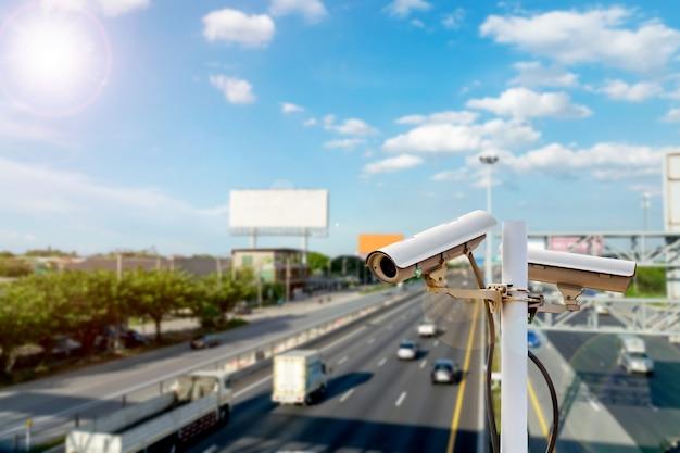 Kamery cctv na wiadukcie do nagrywania na drodze pod kątem bezpieczeństwa i wykroczeń drogowych.