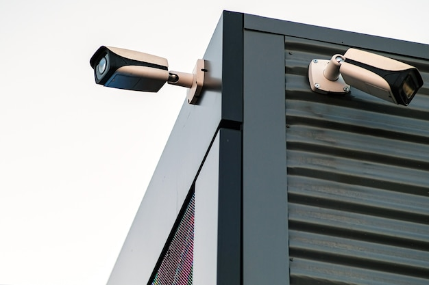 Kamery nadzoru budynku zbliżenie elewacji. obwód elektryczny. pojęcie bezpieczeństwa.