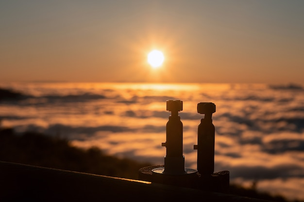 Kamery rejestrują spektakularny zachód słońca nad chmurami w parku narodowym wulkanu teide na teneryfie.