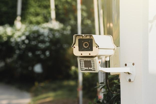 Kamery wideo przed głównym wejściem do miejsc publicznych.