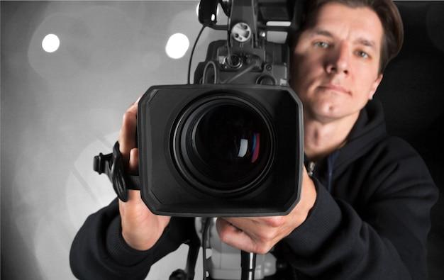 Kamerzysta pracujący z kamerą w tle