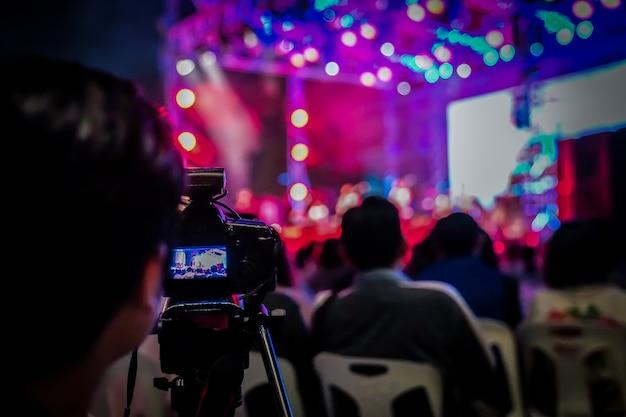 Kamerzysta sylwetki został nagrany na koncercie rozmazanego i bokeh w bangkoku, tajlandia.