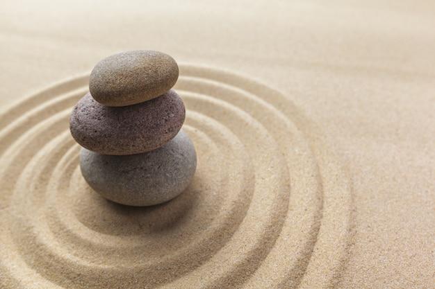Kamień do medytacji w ogrodzie zen
