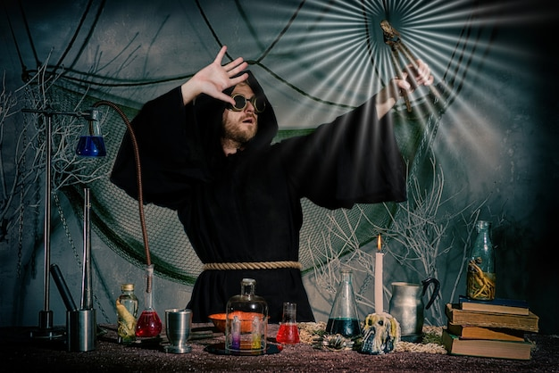 Kamień filozoficzny zrobił średniowieczny alchemik.