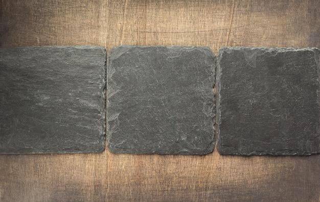 Kamień łupkowy na powierzchni drewnianej tekstury tła