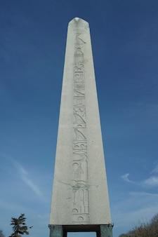 Kamień monolit z tła nieba