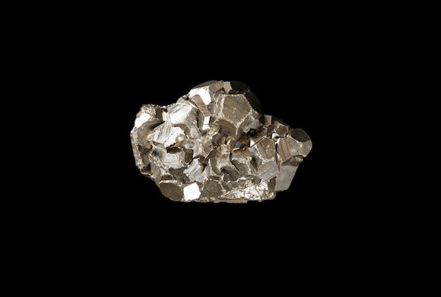 Kamień pirytowy na białym tle na czarnym tle