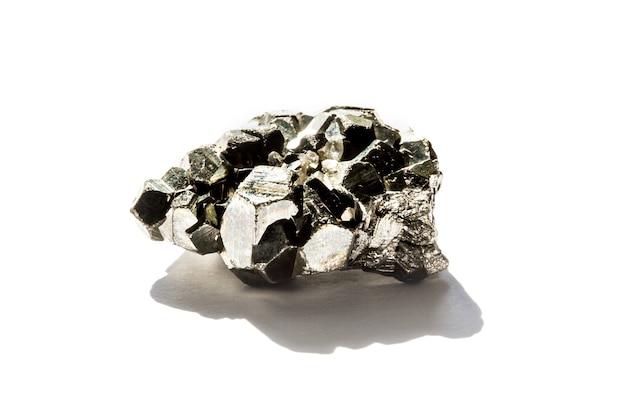 Kamień pirytowy na białym tle