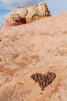 Kamień Ułożony W Kształcie Serca W Pięknych Piaskowcowych Górach. Koncepcja Walentynki. Premium Zdjęcia