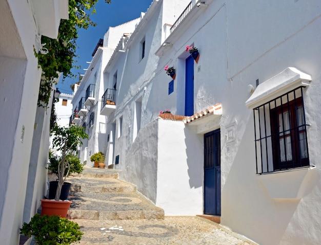 Kamienice wzdłuż typowej bielonej wiejskiej ulicy frigiliana andalusia