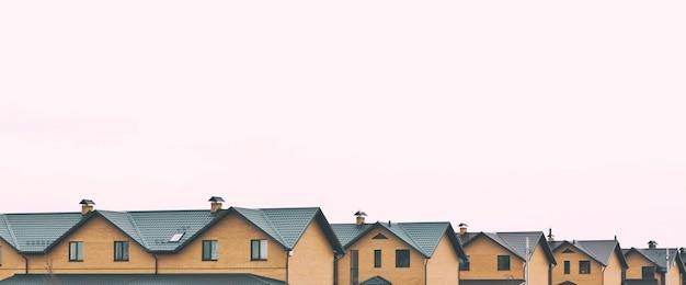 Kamienice z cegły w szeregu