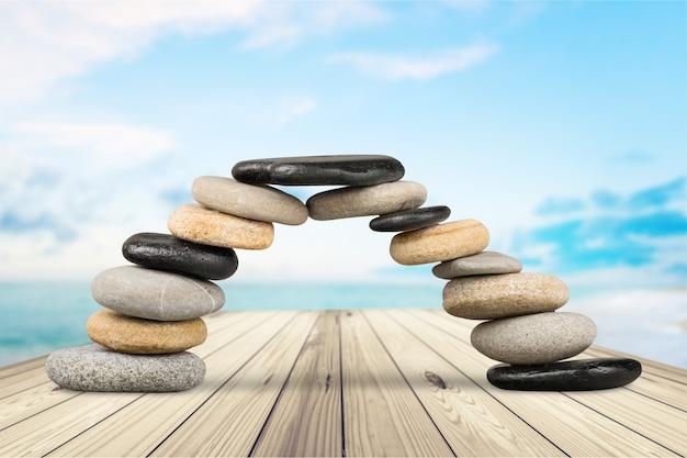 Kamienie bazaltowe zen na tle
