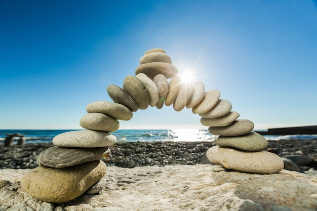 Kamienie bazaltowe zen nad morzem na tle