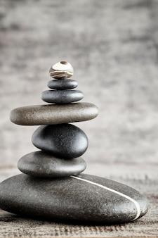 Kamienie do masażu ułożone w formie piramidy