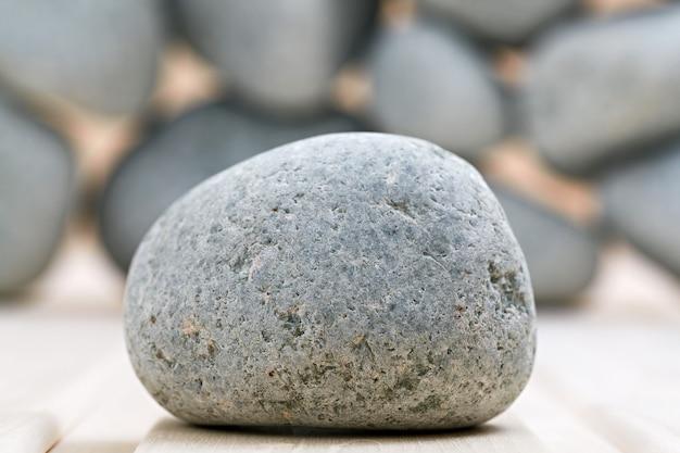 Kamienie do sauny. ułożone na drewnianej powierzchni. gotowy do ogrzewania.