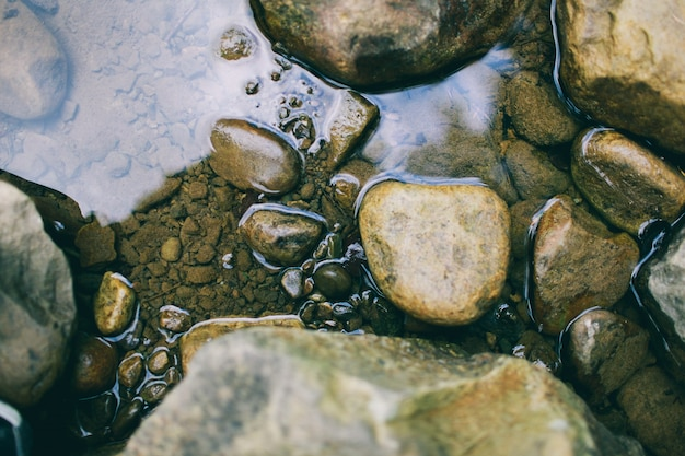 Kamienie i tekstury wody rzeki