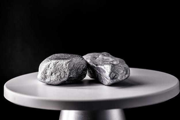 Kamienie manganowe na wadze elektronicznej. metal stosowany w przemyśle. koncepcja wydobycia minerałów.