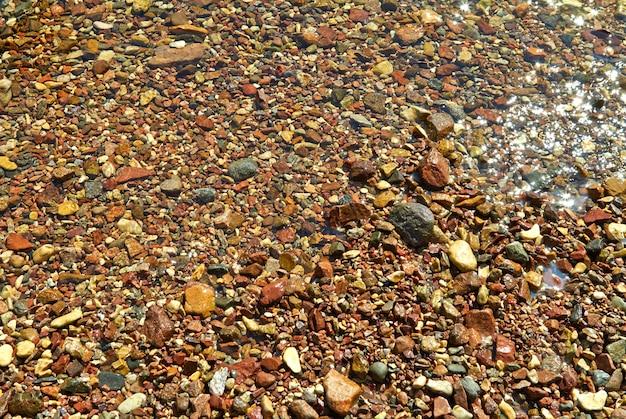 Kamienie na brzegu tekstury tła morza czerwonego. ejlat, izrael wrzesień 2018 r.