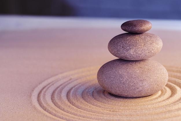 Kamienie na piasku, japoński ogród zen medytacji z bliska