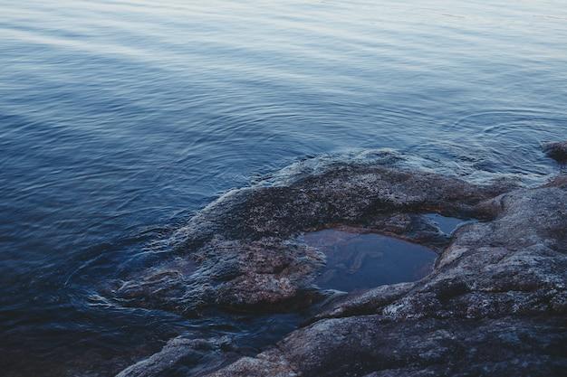 Kamienie na plaży w pobliżu wody. finlandia.