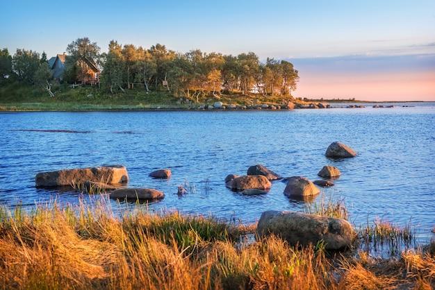 Kamienie nad brzegiem morza białego na wyspach sołowieckich