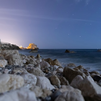 Kamienie oceaniczne z krystaliczną wodą