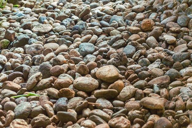 Kamienie rzeczne w różnych kolorach. dekoracyjne skały do tapet. czarno-biały kamień rzeczny
