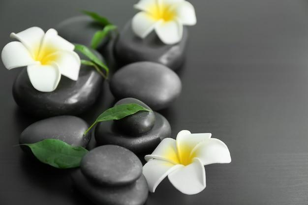 Kamienie spa i piękne kwiaty