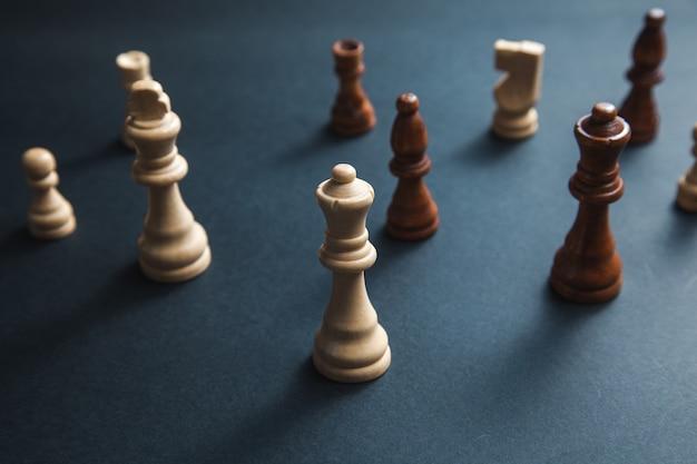 Kamienie szachy na ciemnym tle