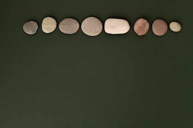 Kamienie zen ułożone na zielonym tle w koncepcji zdrowia i dobrego samopoczucia