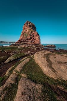 Kamienista plaża obok słynnych bliźniaczych skał hendaia na wybrzeżu kraju basków.