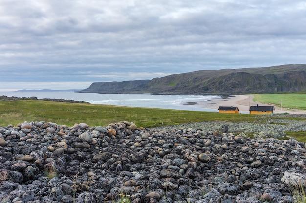 Kamieniste wybrzeże morza barentsa wzdłuż narodowej trasy turystycznej varanger, finnmark, norwegia