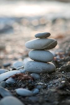 Kamienna figura zen na brzegu morza