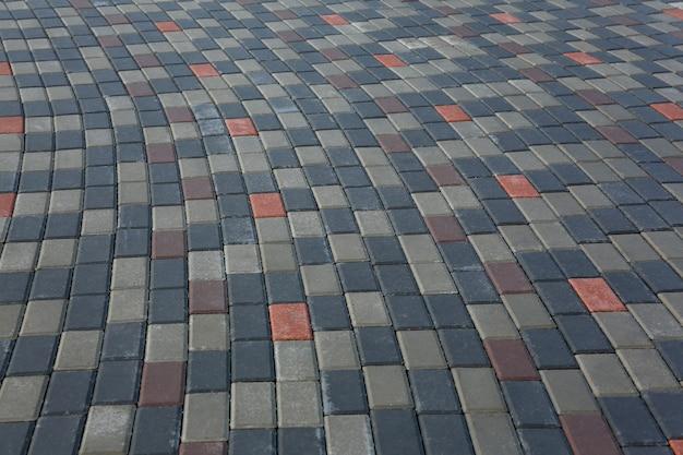 Kamienna kostka brukowa na chodniku lub chodniku dla pieszych