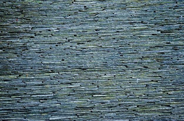 Kamienna ściana wykonana z naturalnych ułożonych kamiennych płyt