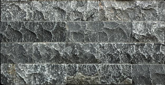 Kamienna ściana z bloków trawertynu, granatowo-zielone tło
