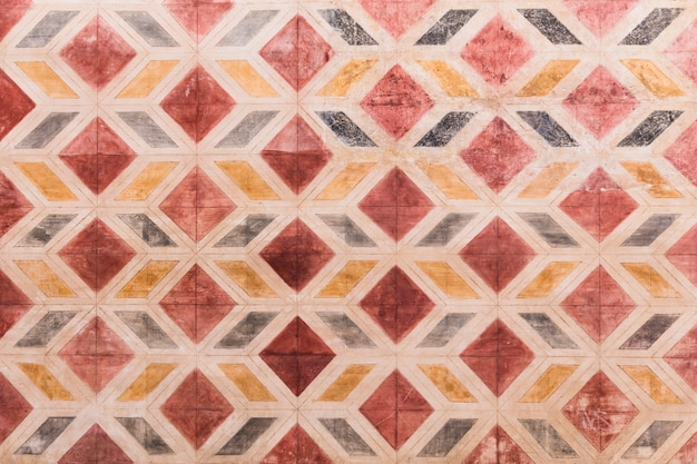 Kamienna ściana z geometrycznym kształta wzorem