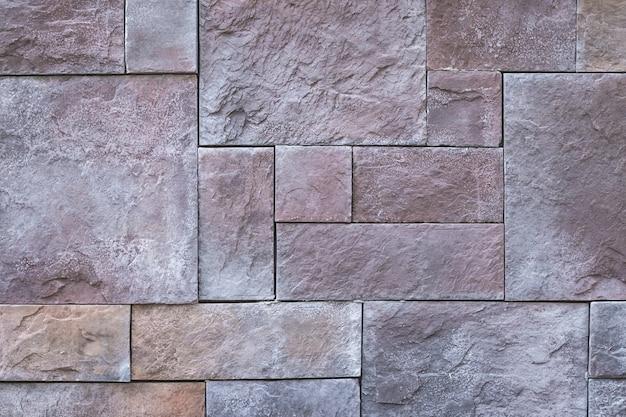Kamienna ściana z płytkami