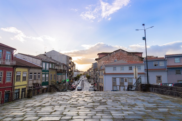 Kamienna ścieżka w mieście braga w portugalii, zachód słońca, listopad 2019