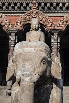 Kamienna słoń statua w kathmandu