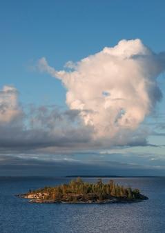 Kamienna wyspa na jeziorze ładoga w letni dzień. park narodowy ladoga skerries w republice karelii w rosji