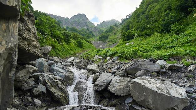 Kamienne koryto rzeki, lato w soczi, rosja