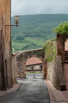 Kamienne łuki i ściany na ulicy na starym mieście
