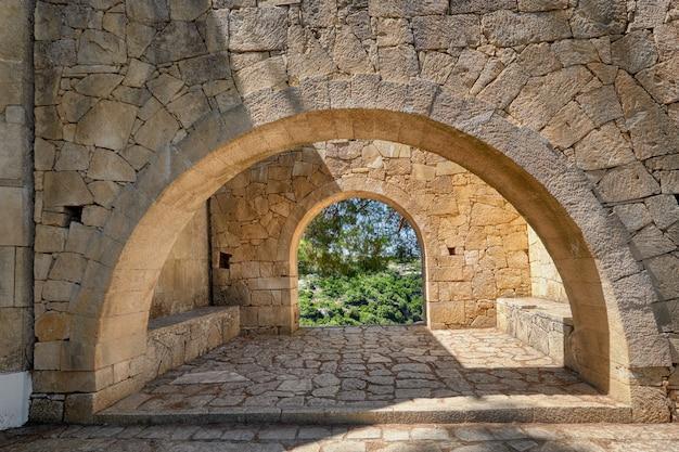 Kamienne łuki w ogrodzie klasztoru, klasztor arkadi na krecie