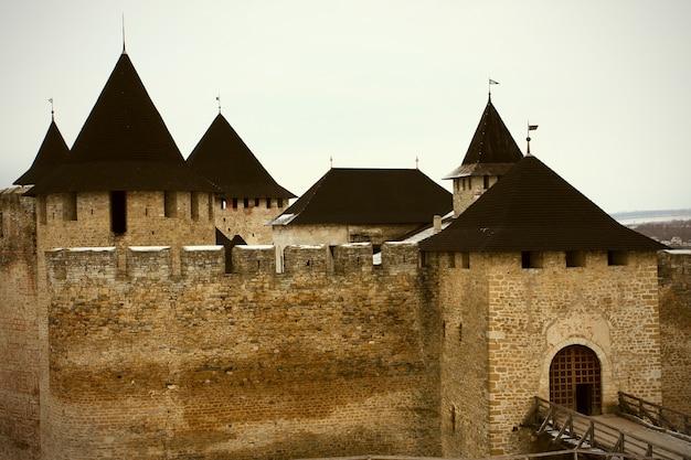 Kamienne mury i wieże bajkowego średniowiecznego zamku