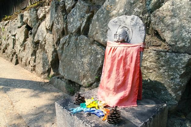 Kamienne rzeźby buddy